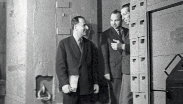Лауреат Ленинской премии Бруно Понтекорво (слева) беседует с научными работниками около входа в мезонную лабораторию Объединенного института ядерных исследований