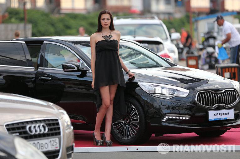 Красивые девушки рядом с красивыми машинами
