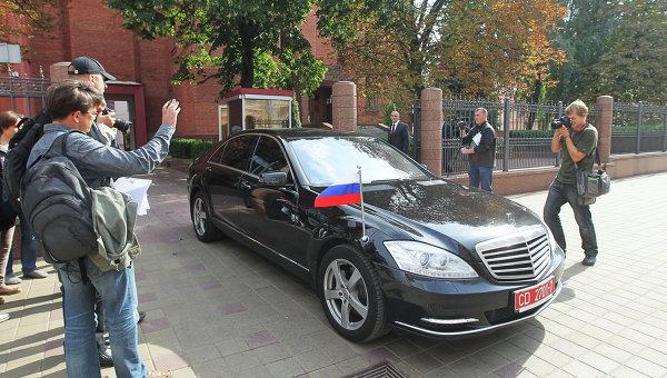 Автомобиль посла России в Беларуссии Александра Сурикова у здания генеральной прокуратуры Белоруссии, архивное фото