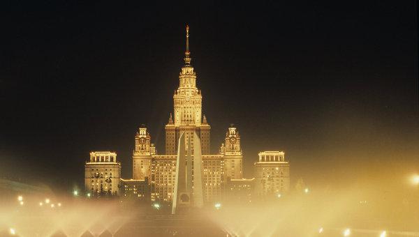 Здание МГУ им. М.В. Ломоносова вечером. Архивное фото