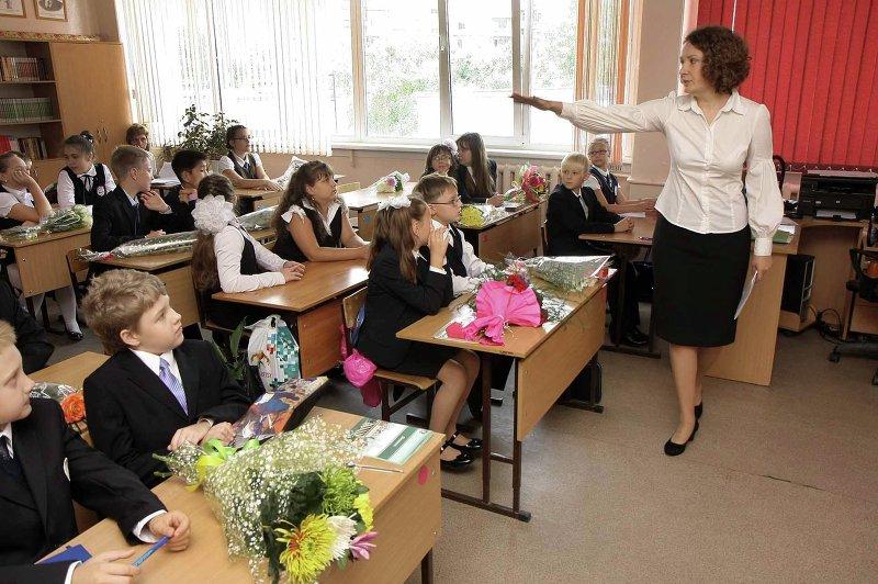 Молодая учительница пришла к ученику фото 374-322
