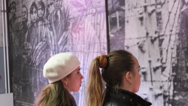 Сестры-близнецы Каратыгины в в музее концлагеря Освенцим
