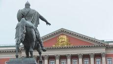 Здание Мэрии Москвы и памятник Юрию Долгорукому. Архив