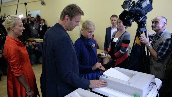 Кандидат в мэры Москвы Алексей Навальный с супругой Юлией и дочерью Дарьей на избирательном участке.