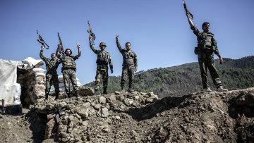 Солдаты правительственных войск во время боевых действий неподалеку от турецкой границы