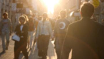 Люди гуляют по улице Варшавы, архивное фото