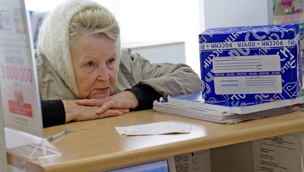 Пенсионерка в одном из московских отделений Почты России.