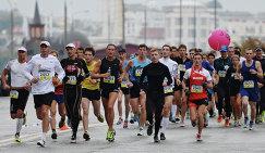 Участники Московского Марафона бегут по Краснопресненской набережной