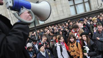 Человек с рупором вещает у Госдумы РФ