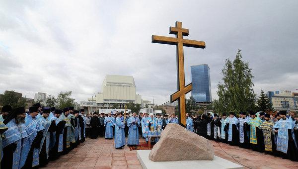 Камень и крест на месте строительства собора в Красноярске, архивное фото