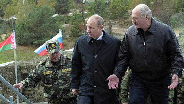 Президенты России и Белоруссии Владимир Путин и Александр Лукашенко наблюдают за учениями Запад-2013. Фото с места события