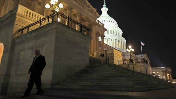 Член палаты представителей США выходит из здания Конгресса, 1 октября 2013