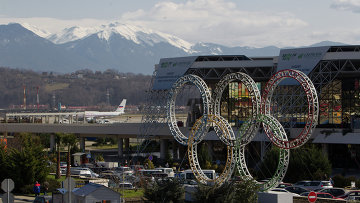 Олимпийские кольца у здания сочинского аэропорта, архивное фото