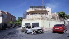 Поврежденный автомобиль перед посольством России в Триполи, архивное фото