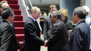 Владимир Путин во время встречи в аэропорту Нгурах Рай города Денпасар. Фото с места события