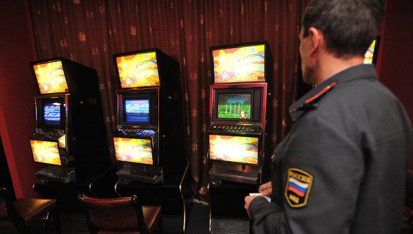 Сотрудник полиции в нелегальном игровом клубе. Архивное фото