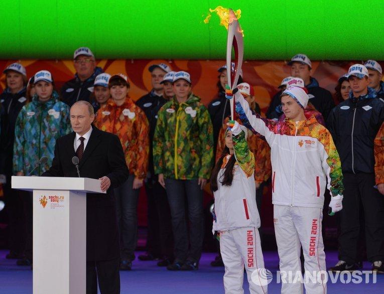 Президент РФ Владимир Путин (слева). Справа - фигуристы Лина Федорова и Максим Мирошкин.
