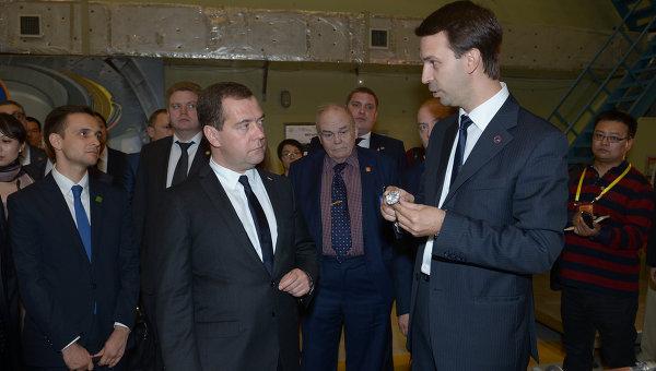 Председатель правительства России Дмитрий Медведев (в центре) во время посещения Научно-исследовательского института физики плазмы в городе Хэфэй, фото с места события