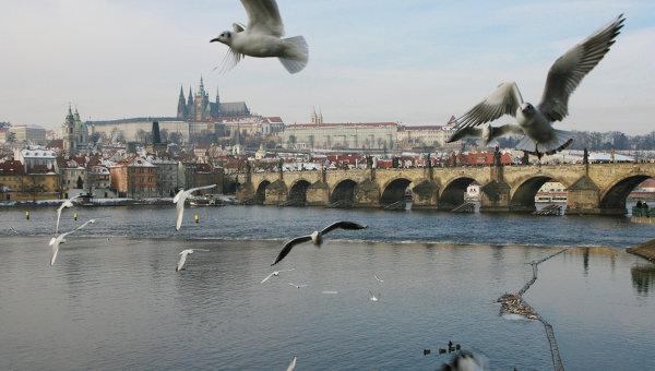 Вид на Карлов мост и реку Влтава. Архивное фото