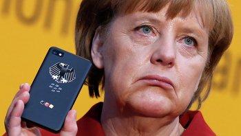 Канцлер Германии Ангела Меркель держит BlackBerry