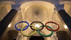 Установка Олимпийских колец на железнодорожном вокзале в Сочи