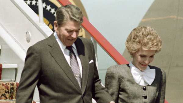 Рональд Рейган с супругой Нэнси Рейган. Архивное фото