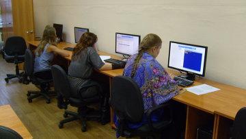 Школьники за компьютером. Архивное фото