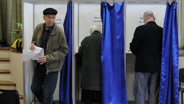 На избирательном участке. Архив