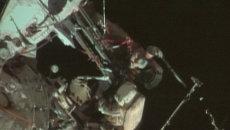 Космонавты позировали камерам с олимпийским факелом за бортом МКС