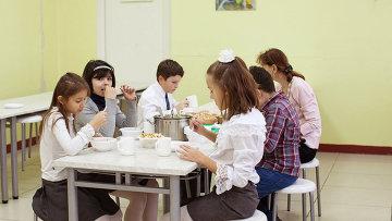 Школьники в столовой. Архивное фото