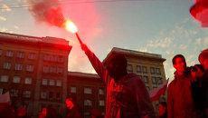 Участники националистического марша жгли файеры у посольства РФ в Варшаве