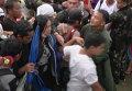 Филиппинцы с криками прорывались к самолетам, чтобы покинуть зону бедствия
