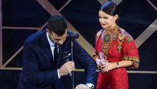Победительница в номинации Женщина года, фэшн-консультант, digital media директор ЦУМа Мирослава Дума и телеведущий Иван Ургант на церемонии вручения премии Женщина года GLAMOUR 2013