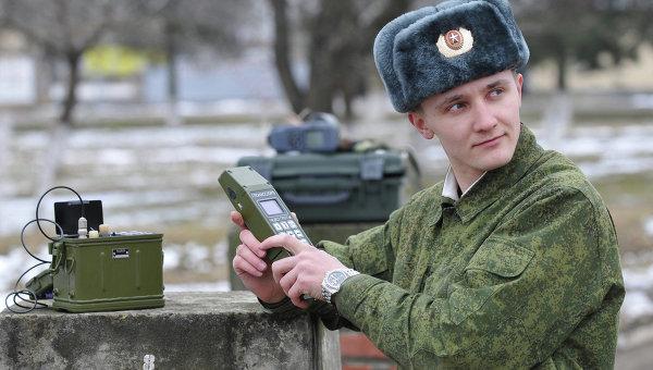 Российский военнослужащий работает с прибором ГЛОНАСС. Архивное фото