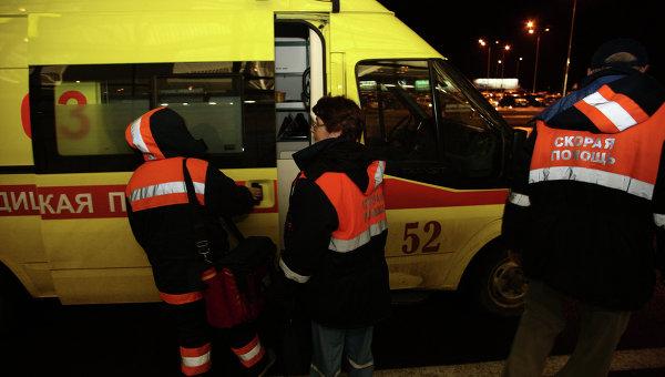 Сотрудники скорой медицинской помощи в аэропорту Казани