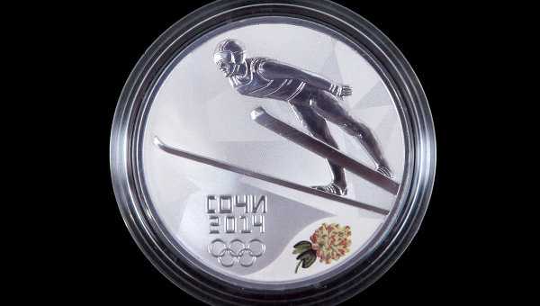 Юбилейная монета, посвященная XII олимпийским зимним играм и XI паралимпийским зимним играм 2014 года. Архивное фото