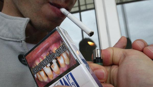 Продажа сигарет с картинками, предупреждающими о вреде курения. Архивное фото