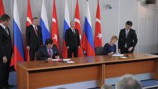 На первом плане справа - главный редактор агентства международной информации РИА Новости Светлана Миронюк, слева - генеральный директор Анатолийского агентства Кемаль Озтюрк.