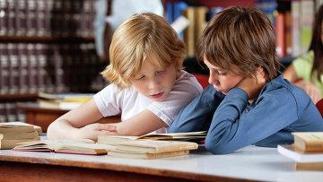 Школьники читают книги, архивное фото