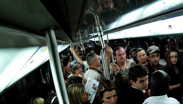Пассажиры в метро, архивное фото