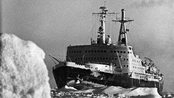Атомный ледокол Ленин во льдах Арктики. Архивное фото