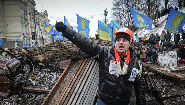 Сторонники евроинтграции возводят баррикады у здания кабинета министров Украины в Киеве. 8 декабря 2013
