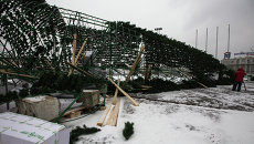 Декабрь 2013 года: упавший во Владивостоке каркас новогодней елки. Фото с места события