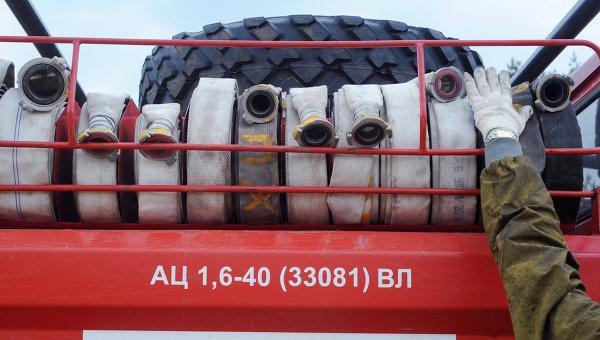 Пожарные рукава, установленные на пожарной машине МЧС России. Архивное фото