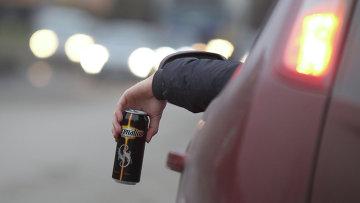 Житель Великого Новгорода пьет энергетический напиток за рулем автомобиля