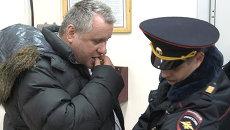 Авиадебошира сняли с самолета в Новосибирске. Видео