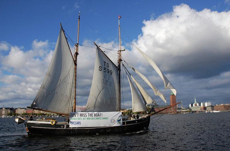 Активисты поставили корабль-напоминание перед зданием, где проходила конференция климатологов ООН