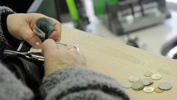 Женщина расплачивается в кассе. Архивное фото