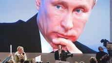 Журналист Мария Соловьенко (слева) задает вопрос президенту России Владимиру Путину на большой ежегодной пресс-конференции