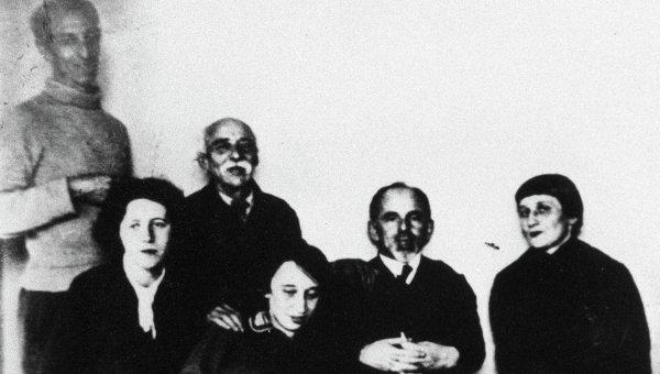 Поэтесса Анна Ахматова в семье Мандельштамов. Архивное фото